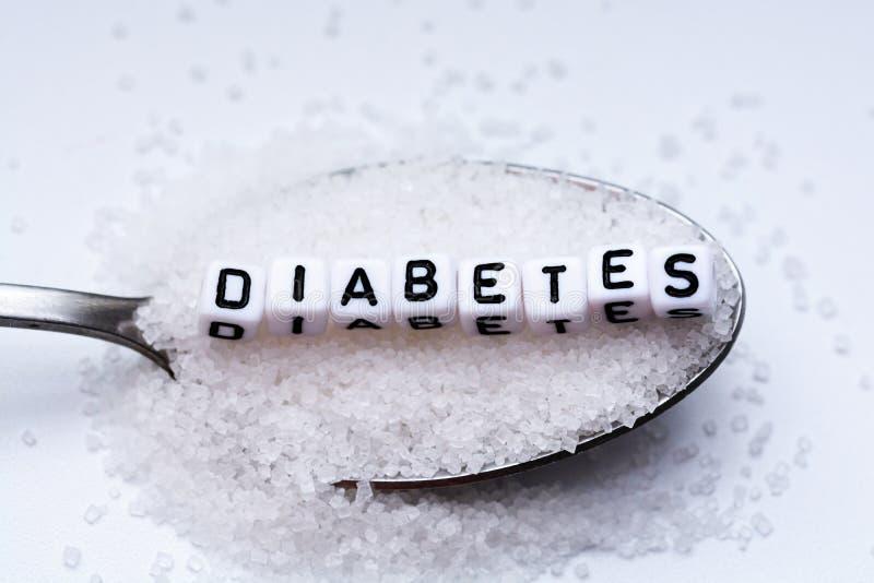 Diabeteswort bildete sich mit den Plastikbuchstabeperlen, die voll in einen Löffel des Zuckers gelegt wurden lizenzfreies stockfoto