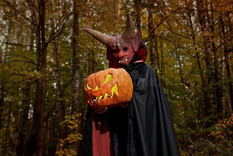 Diablo en el bosque oscuro con la calabaza fotos de archivo libres de regalías