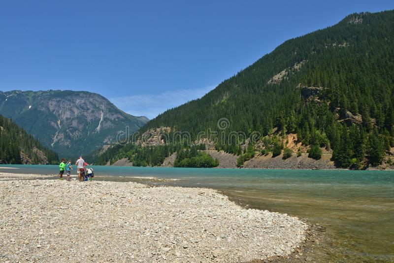 Diablo Lake Washington State från banken arkivfoton
