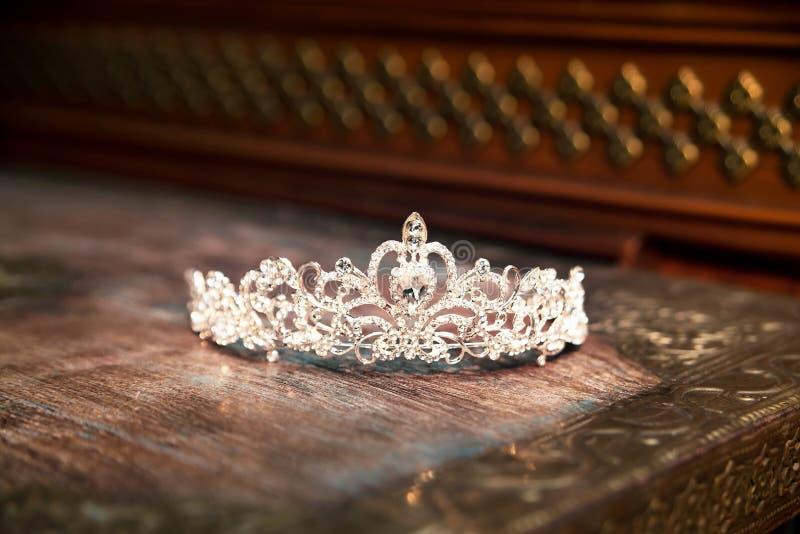 Diadema da tiara da coroa do casamento Acessórios luxuosos casamento imagem de stock