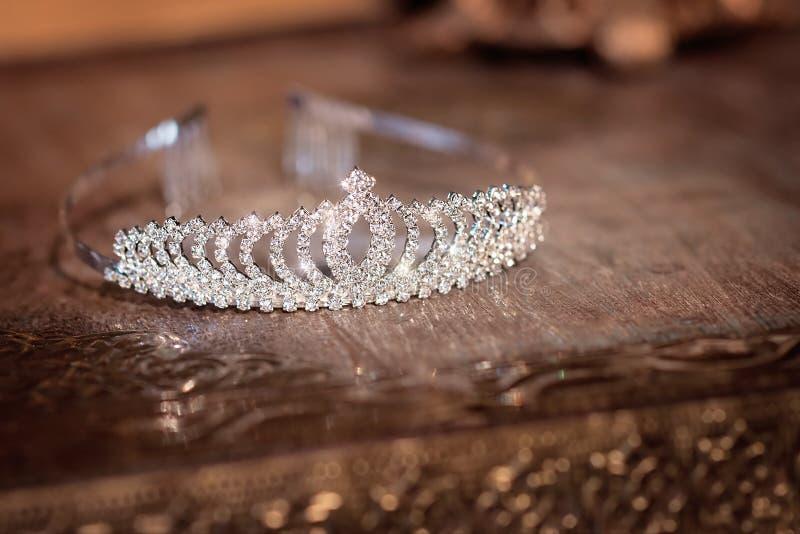Diadema luxuoso nupcial do casamento com cristais indoor imagens de stock royalty free