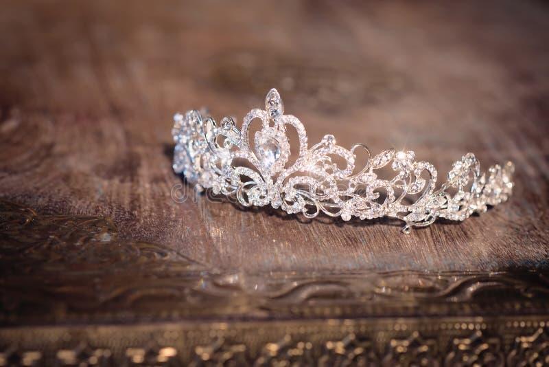 Diadema luxuoso nupcial do casamento com cristais indoor imagem de stock