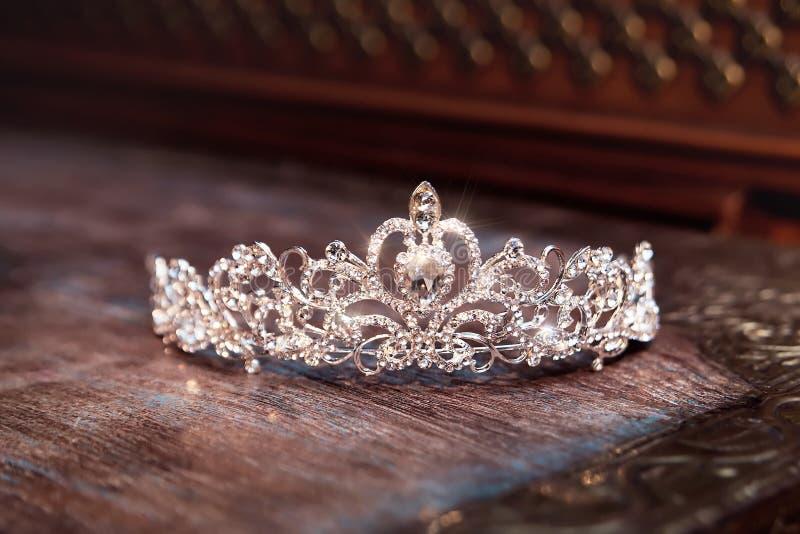 Diadema luxuoso nupcial do casamento com cristais indoor foto de stock royalty free