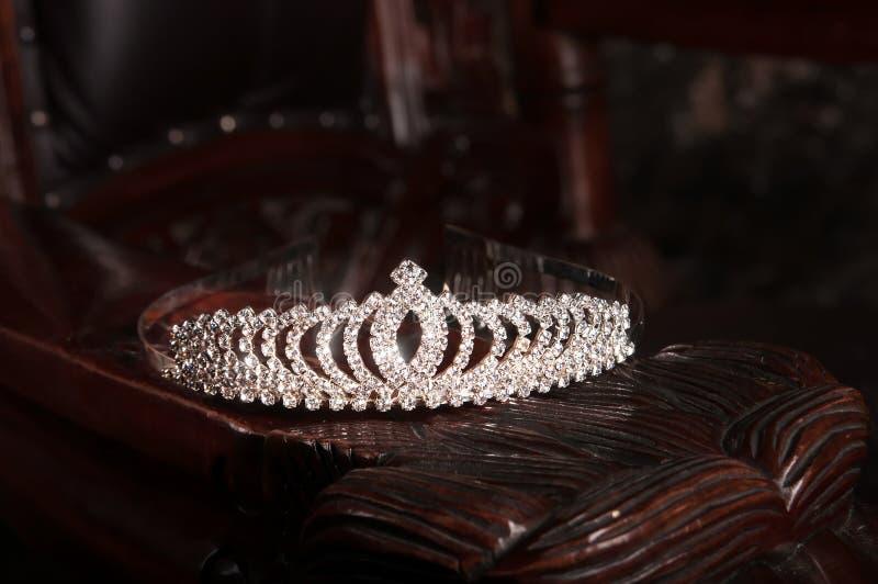 Diadema luxuoso nupcial do casamento com cristais indoor fotos de stock royalty free