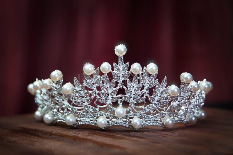 Diadema real da pérola, coroa para a noiva Casamento, rainha fotos de stock royalty free