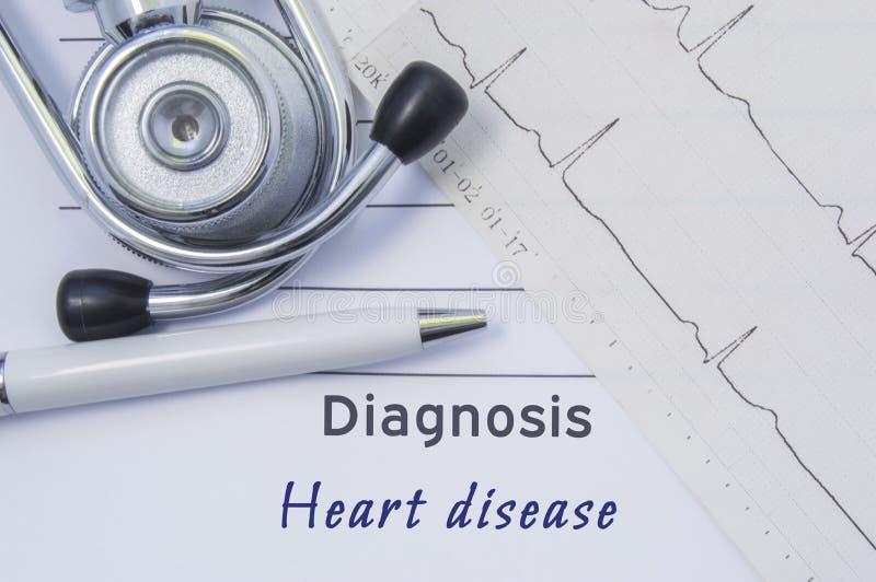 Diagnóstico da doença cardíaca O estetoscópio, o eletrocardiograma impresso e a pena são no formulário médico de papel onde cardi fotos de stock