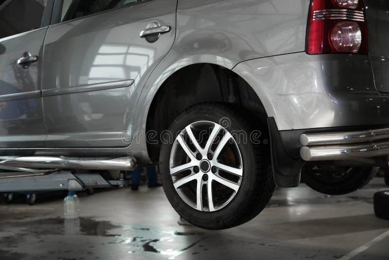 Diagnóstico de espera do carro moderno na oficina de reparações do automóvel foto de stock royalty free