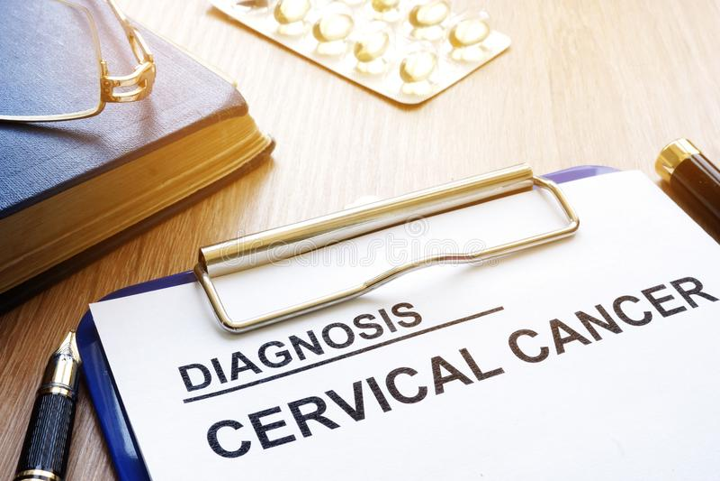 Diagnóstico do câncer do colo do útero em uma prancheta foto de stock royalty free