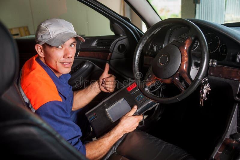 Diagnóstico do mecânico de carro a direção no serviço de reparação de automóveis fotos de stock royalty free