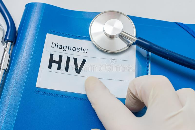 Diagnóstico do VIH no dobrador azul com estetoscópio foto de stock royalty free