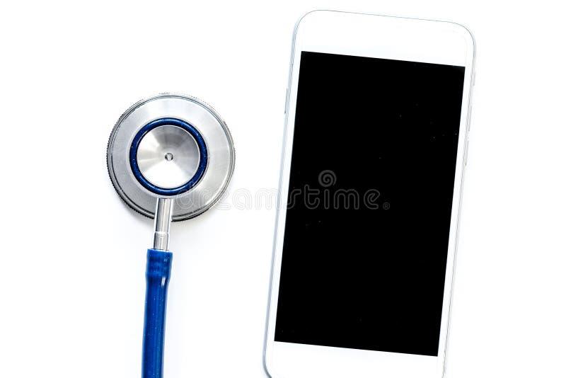 Diagnóstico dos dispositivos no fundo branco com opinião superior do estetoscópio fotografia de stock royalty free