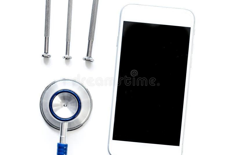 Diagnóstico dos dispositivos no fundo branco com opinião superior do estetoscópio fotos de stock