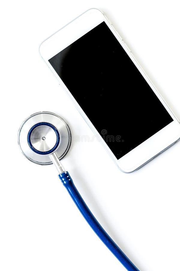 Diagnóstico dos dispositivos no fundo branco com opinião superior do estetoscópio fotos de stock royalty free