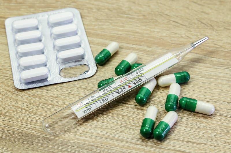 Diagnóstico médico ou modelo da prescrição do doutor Seringa, bloco de notas da página vazia, atadura, tabuletas, termômetro e am imagens de stock