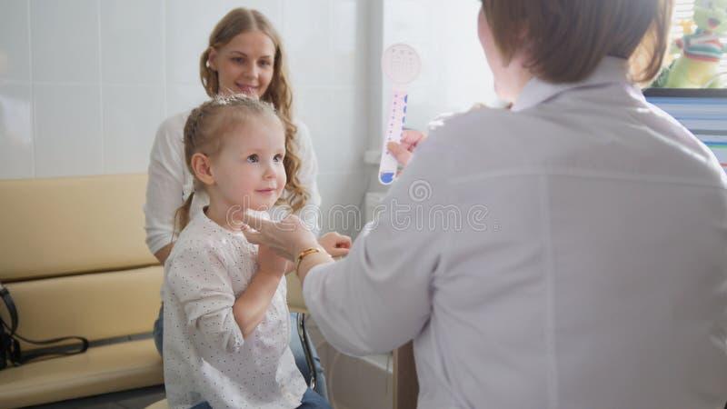 Diagnóstico na oftalmologia do ` s da criança - menina do diagnóstico do optometrista imagem de stock royalty free