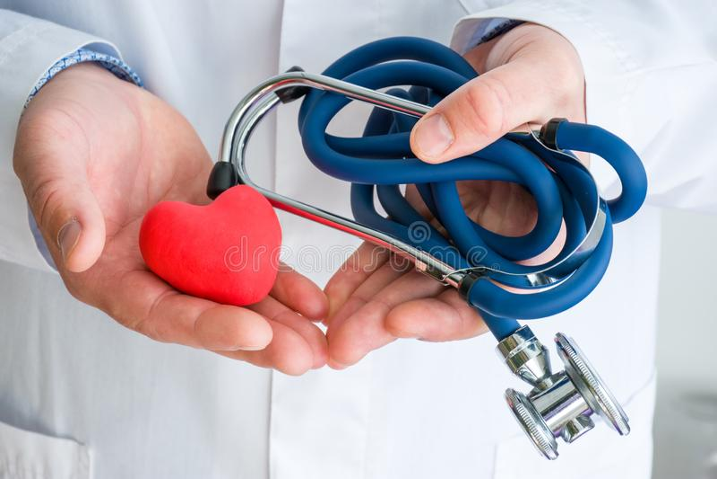 Diagnósticos de la foto del concepto y tratamiento de enfermedades del corazón y de los vasos sanguíneos Doctor vestido en la cap fotografía de archivo libre de regalías