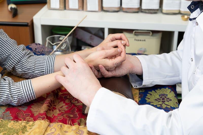 Diagn?stico del pulso en una medicina tibetana fotografía de archivo