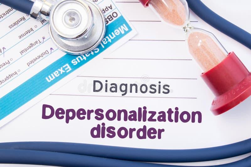 Diagnos av Depersonalizationoordning På psykiater eller psykolog är tabellen pappers- med inskriftDepersonalizationdisorde royaltyfria foton