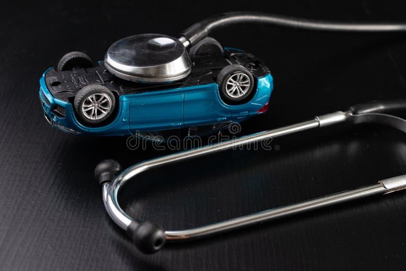 Diagnos av en passagerarebil Reparation och felsöka i bilseminarier royaltyfri foto