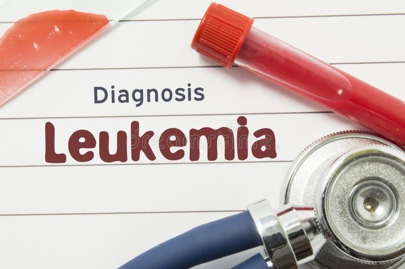 Diagnos av leukemin Medicinsk bok med lögner för leukemi för diagnos för texttitelrad hematological på doktorstabellen som omges  stock illustrationer