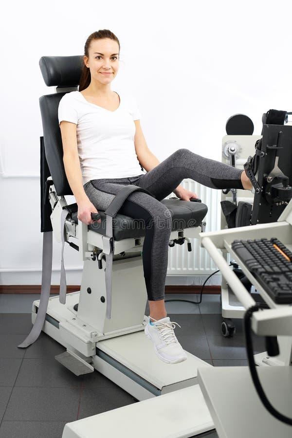Diagnos i rehabilitering, en apparat som mäter muskelstyrka royaltyfri bild