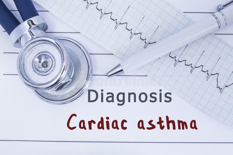 Diagnose Hartastma De stethoscoop of phonendoscope samen met type van ECG ligt op medische geschiedenis met titeldiagnose Cardi royalty-vrije stock afbeelding