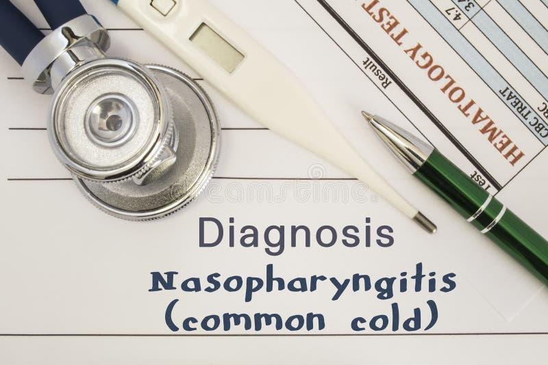 Diagnose Nasopharyngitis-Erkältung Stethoskop, elektronischer Thermometer, geduldige Blutprobeergebnisse, die auf Krankengeschich stockbild