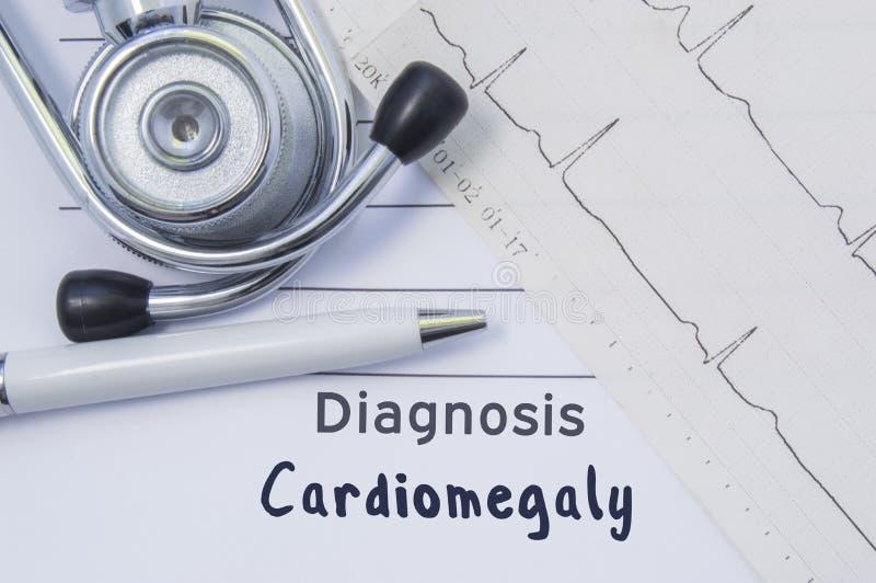 Diagnose van cardiomegaly De stethoscoop, het gedrukte elektrocardiogram en de pen zijn op document medische vorm waar vermelde c stock afbeelding