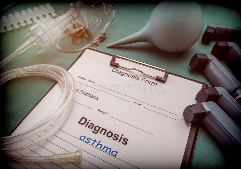 Diagnoseform, Asthma-, Sauerstoffmaske und Inhalatoren in einem Krankenhaus stockfotos