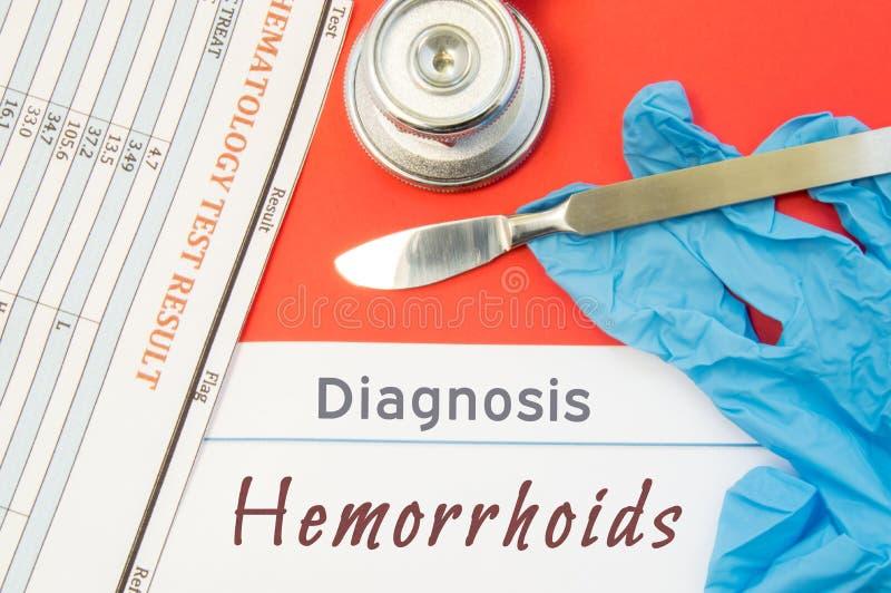 Diagnosehemorroïden De blauwe handschoenen, de chirurgische scalpel, de spuit en de ampul met geneeskunde liggen naast inschrijvi stock afbeelding