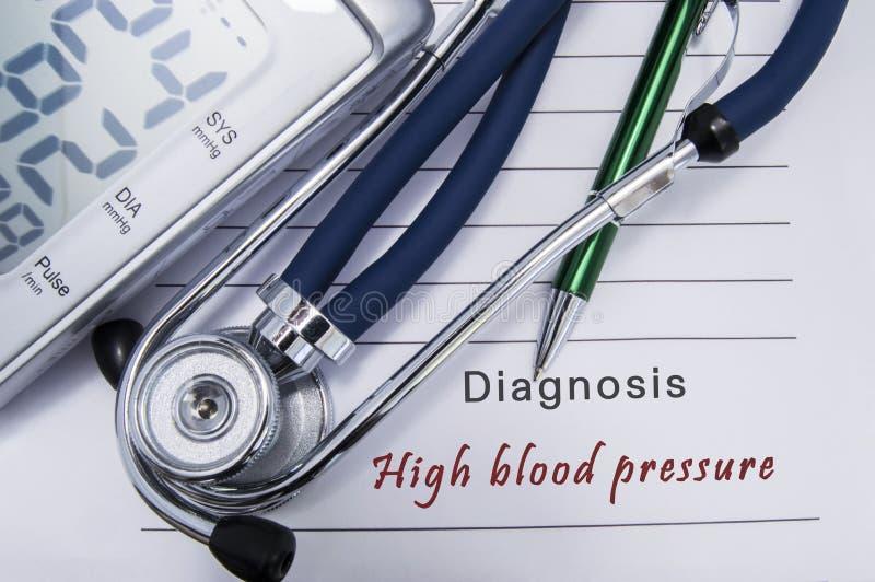 Diagnosen-Bluthochdruck Stethoskop und elektronische Sphygmomanometerlüge auf medizinischer Papierform mit Herzdiagnose hohes b stockfoto