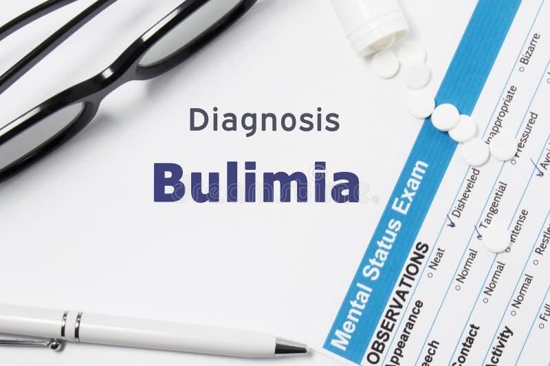 Diagnosi di bulimia Risultati dell'esame mentale di stato, contenitore con le pillole sbriciolate con bulimia psichiatrica di dia fotografia stock libera da diritti