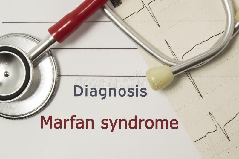 Diagnosis cardiaca del síndrome de Marfan En lugar de trabajo del doctor es el estetoscopio rojo, impreso en la línea de papel de fotografía de archivo libre de regalías