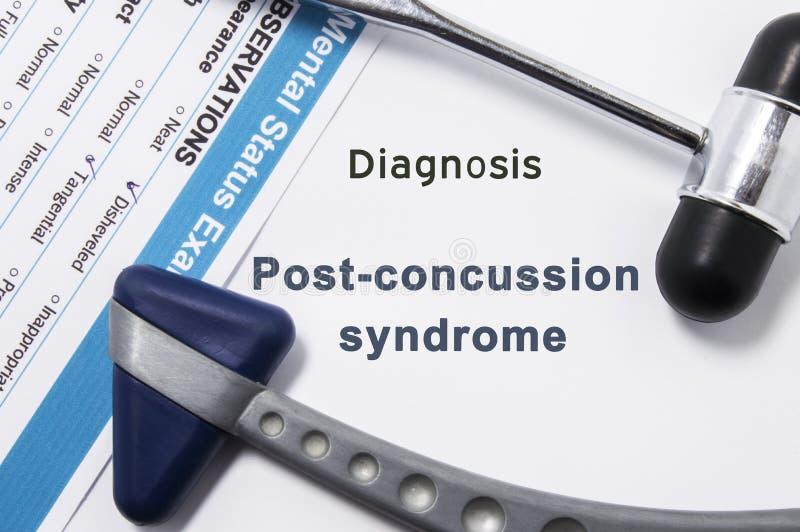 Diagnosis del síndrome de la Posts-conmoción cerebral Dos martillo neurológico, resultado del examen mental de la situación y nom foto de archivo libre de regalías