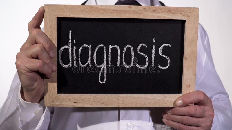 Diagnosis escrita en la pizarra en las manos del terapeuta, servicios de diagnóstico de la medicina imagenes de archivo