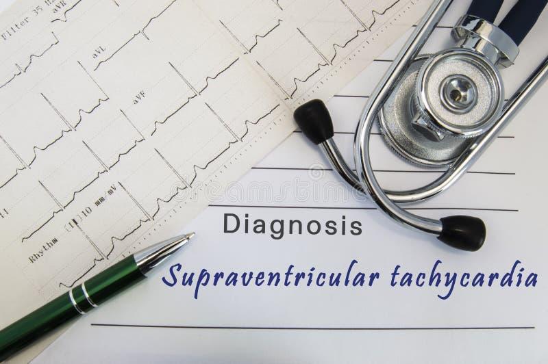 Diagnostic de tachycardie supraventriculaire Le stéthoscope, le stylo vert et l'électrocardiogramme se trouvent sur la forme médi photographie stock libre de droits