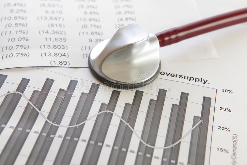 Diagnostichi la situazione finanziaria di un'azienda fotografia stock libera da diritti