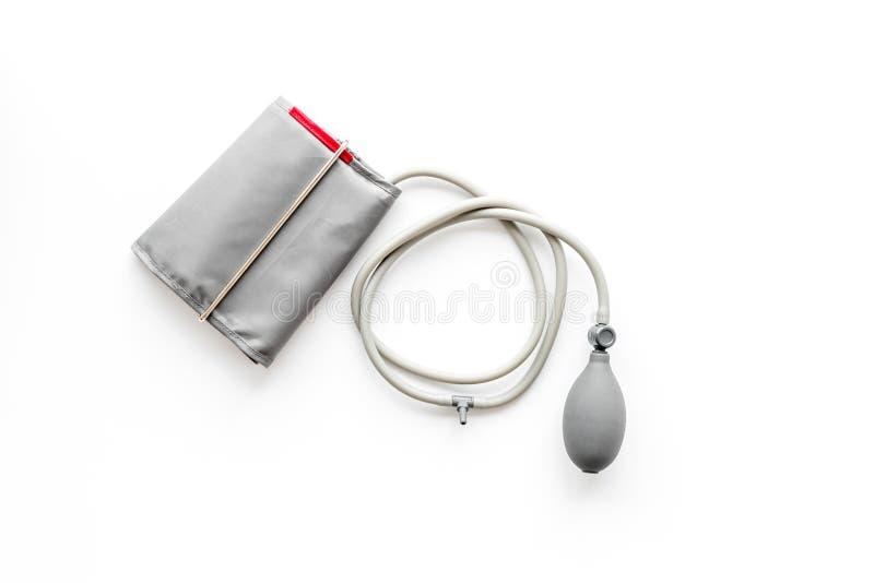 Diagnostiek van hartziekte met pulsimeter op witte hoogste mening als achtergrond stock foto