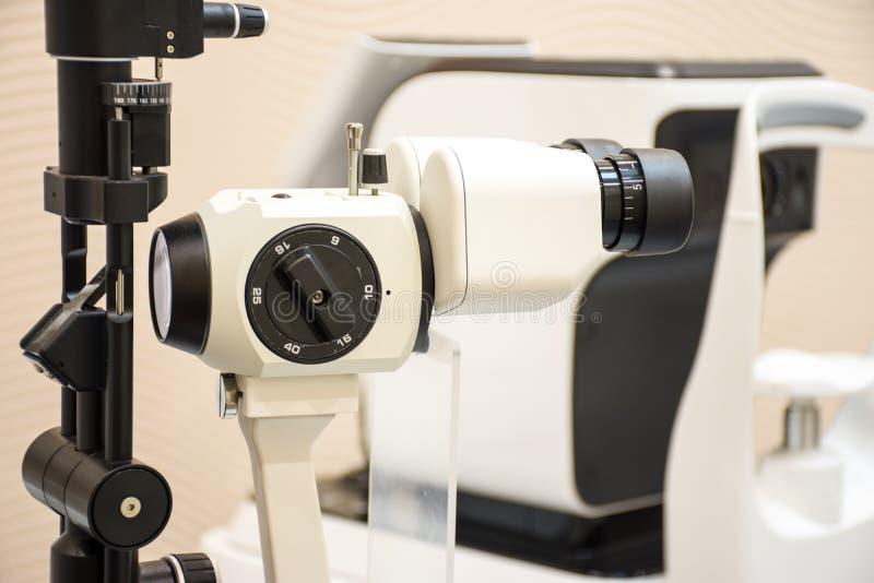 Diagnostyk rozchylał lampę w biurze doktorskiego oftalmologa Oczny diagnostyczny mikroskopijny sprzęt medyczny diagnozować katara obraz royalty free