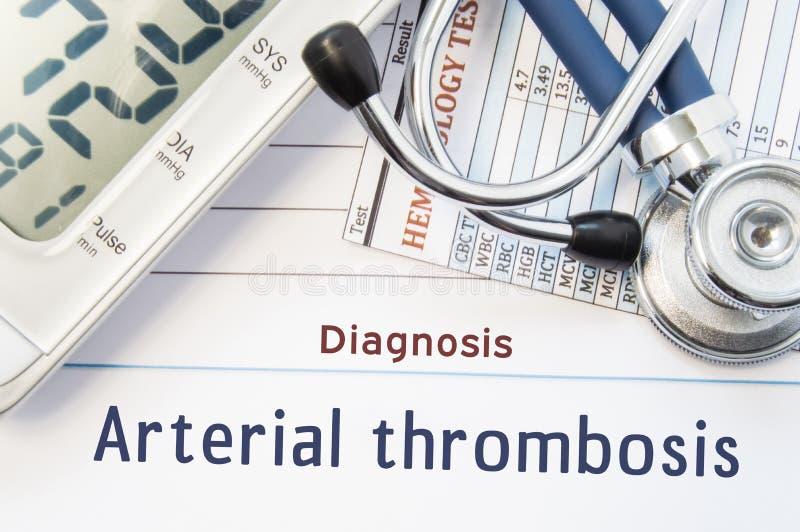 Diagnoza Arterialny zakrzepica Stetoskop, hematologii badania krwi rezultat i cyfrowy tonometer, kłamamy na prześcieradle papier  obraz royalty free