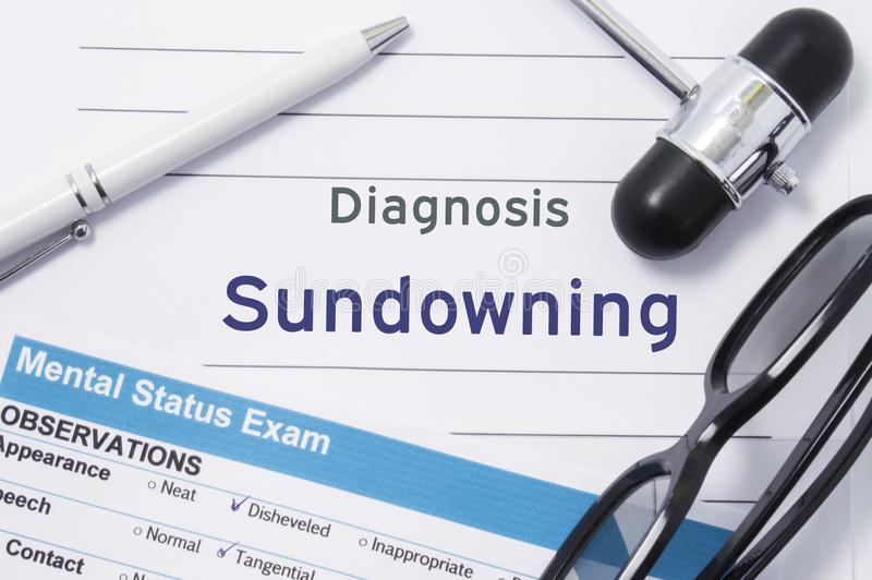 Diagnoza Sundowning Medyczna notatka otaczająca neurologic młotem, umysłowy statusu egzamin z inskrypcją w ampule pisze list psyc fotografia stock