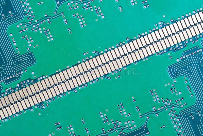 A diagonal dos contatos no fundo das trilhas verdes placa de microplaqueta sa imagens de stock royalty free
