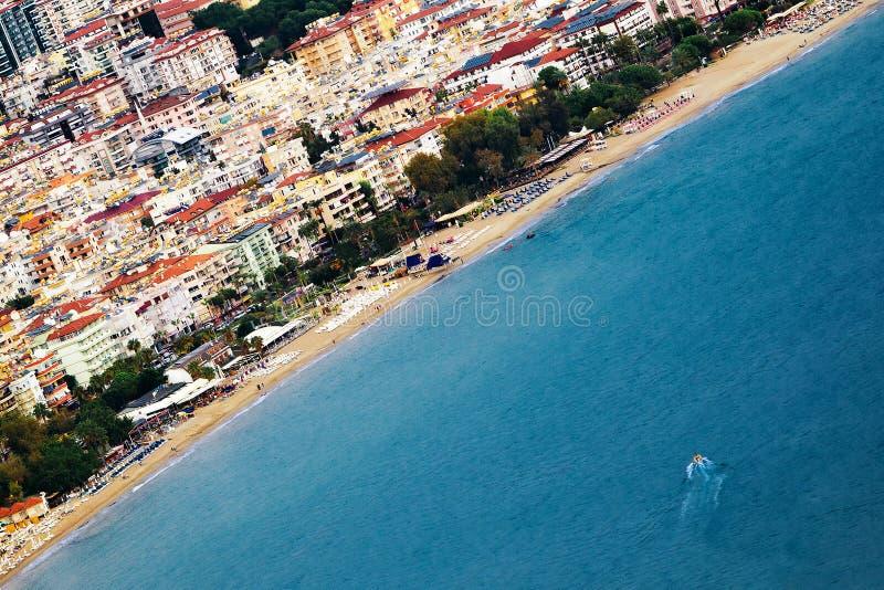 Diagonal Foto der Küstenlinie der Seestadt stockbilder