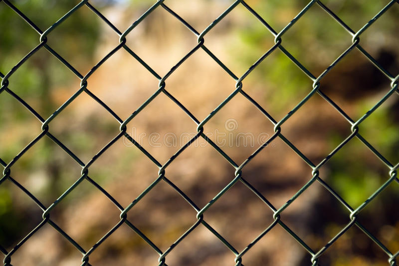 Diagonala Diamond Pattern Chain Link Fence utanför gräns arkivfoto
