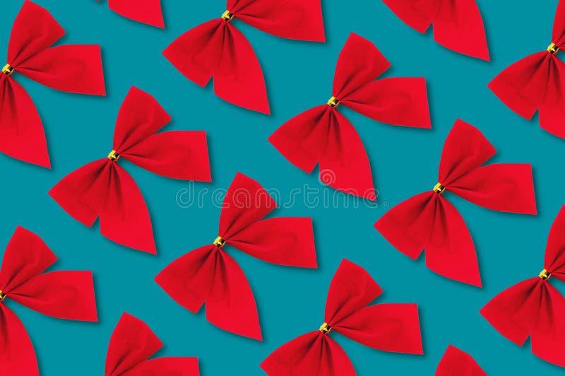Diagonala rader av röda textilpilbågar royaltyfri bild