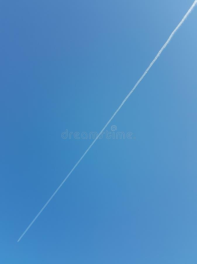 Diagonale auf dem blauen Himmel lizenzfreie stockfotografie