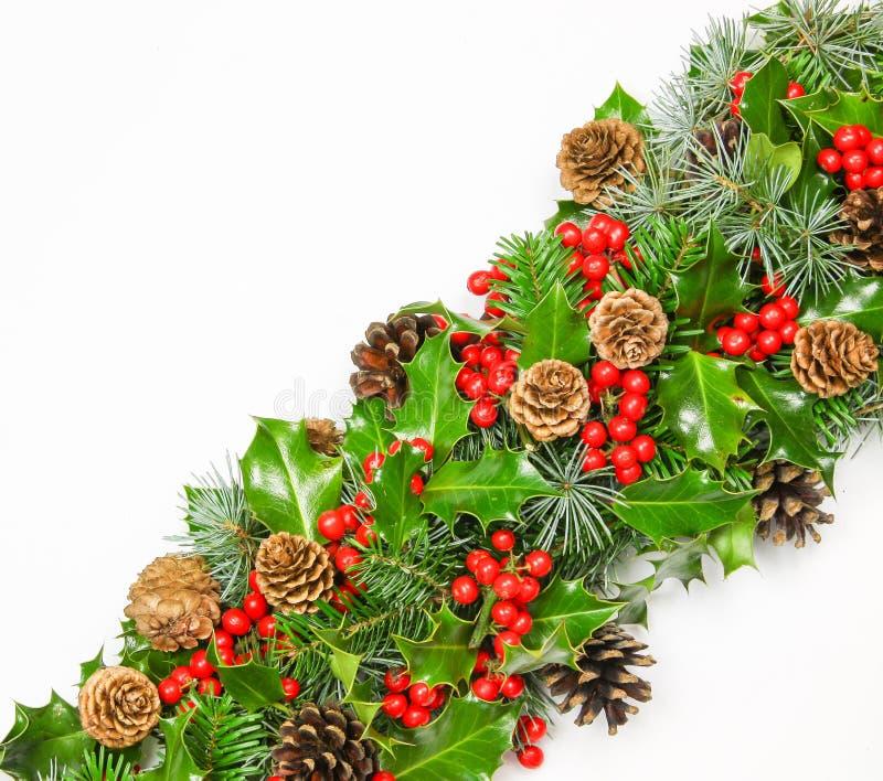 Diagonale band van verse Kerstmishulst met denneappels en spar stock fotografie