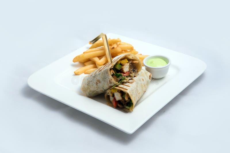 Diagonale Held die van een sandwich van de Kippenspaanse peper met samoeraien & alger saus & gebraden gerechten aan de kant, op e stock foto