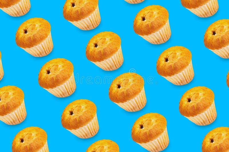 Diagonale rijen van gebakken muffins zonder room in document vorm royalty-vrije stock foto's
