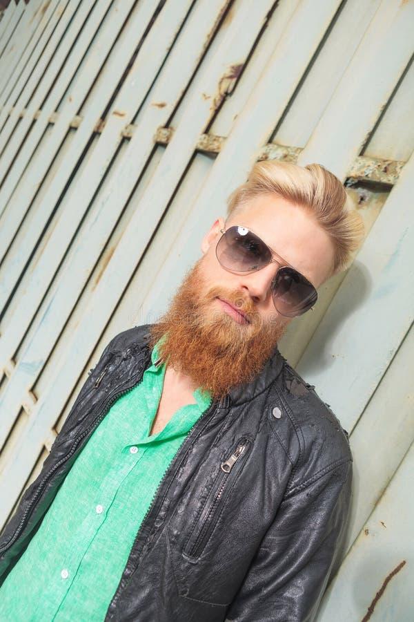 Diagonalny widok młody brodaty mężczyzna zdjęcia stock